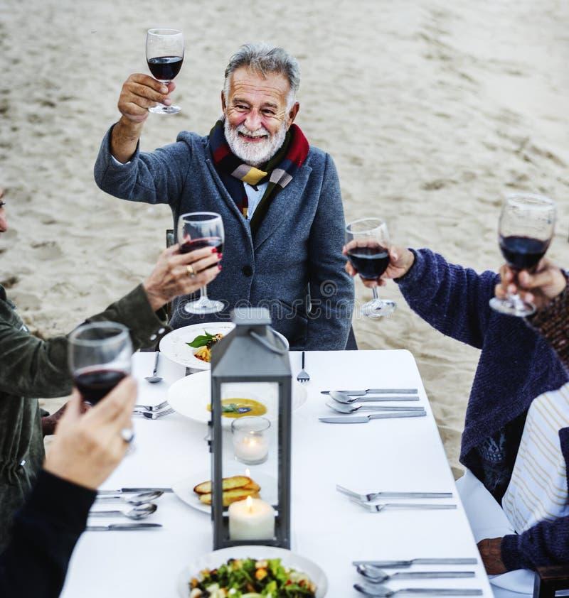Familie, die einen Toast am Strand isst lizenzfreie stockfotografie