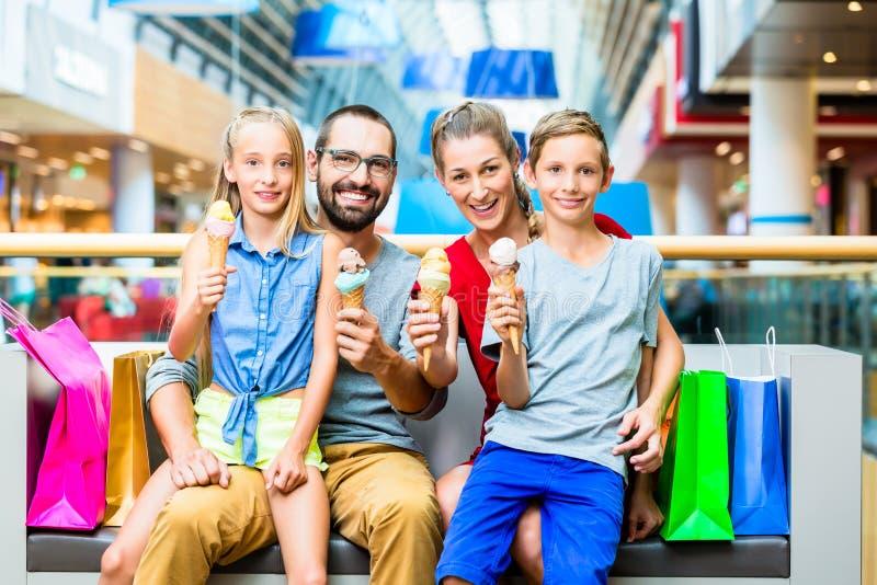 Familie, die Eiscreme im Einkaufszentrum isst stockfoto