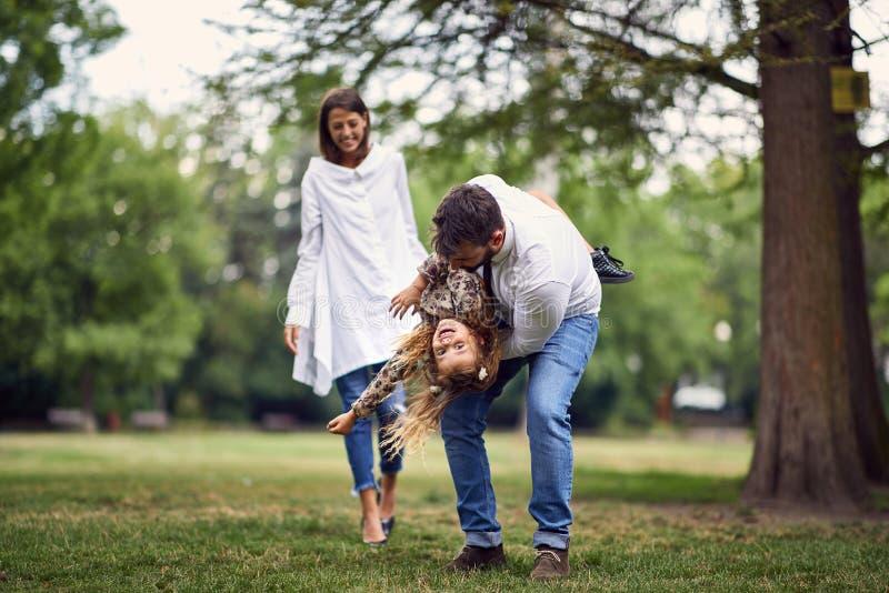 Familie die en in park spelen spinnen royalty-vrije stock fotografie