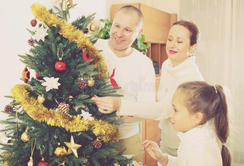 Familie, die für Weihnachten sich vorbereitet stockbild