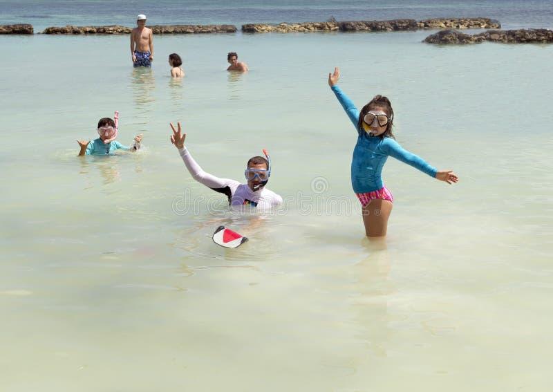 Familie die in Fatima Bay snorkelen stock foto