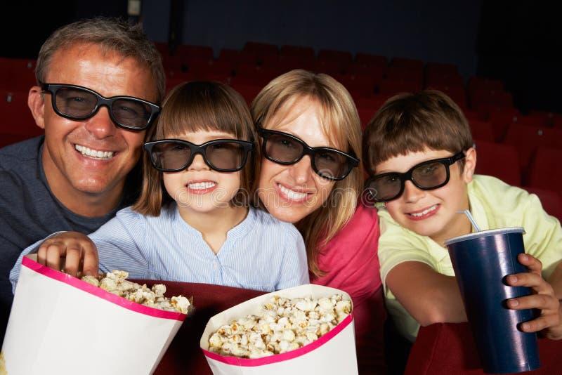 Familie, die Film 3D im Kino überwacht lizenzfreies stockbild