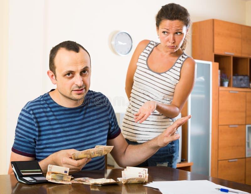 Familie, die finacial Probleme und Schulden hat stockbild