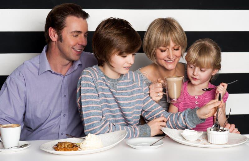 Familie, die Frühstück an einem Restaurant genießt stockbild