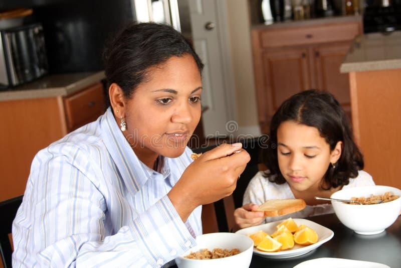 Familie, die Frühstück isst stockfoto