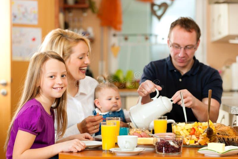 Familie, die frühstückt lizenzfreies stockfoto
