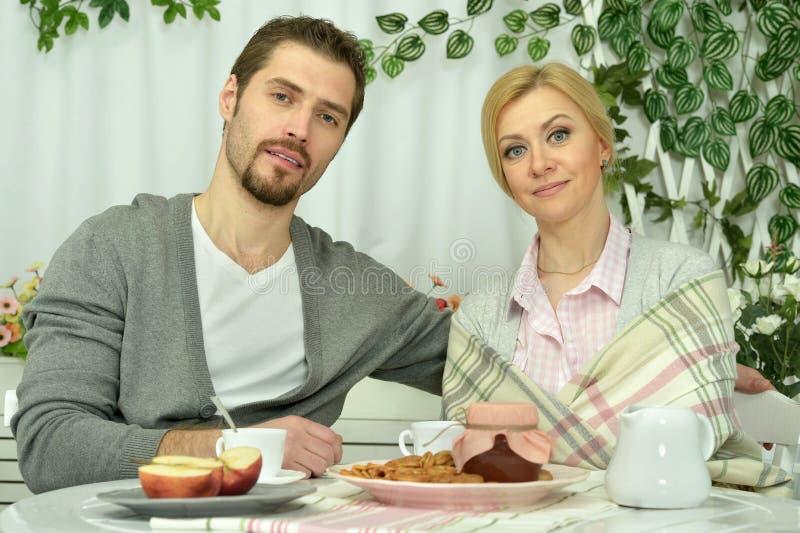Familie, die frühstückt lizenzfreie stockfotografie