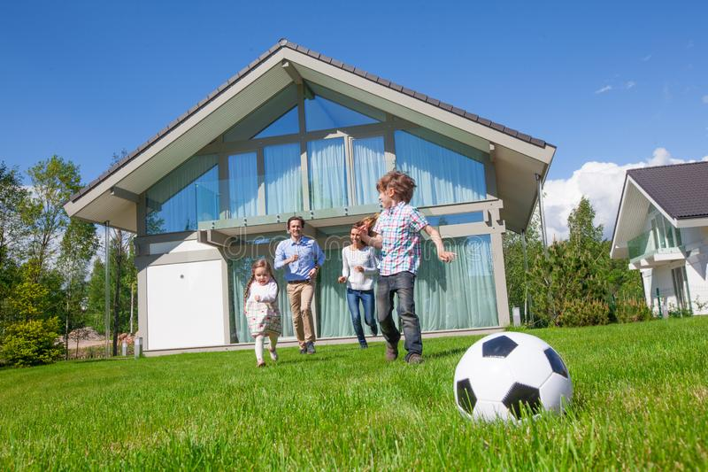 Familie, die Fußball spielt lizenzfreie stockbilder