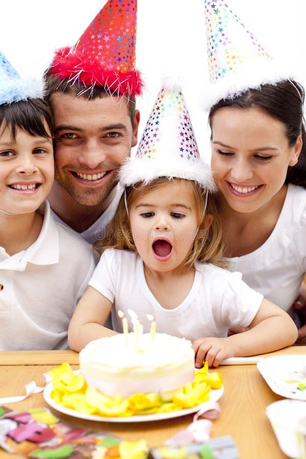 Familie, die Geburtstag der Tochter feiert lizenzfreies stockfoto