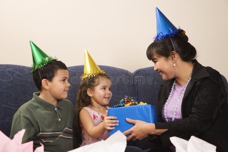 Familie, die Geburtstag feiert. lizenzfreie stockbilder