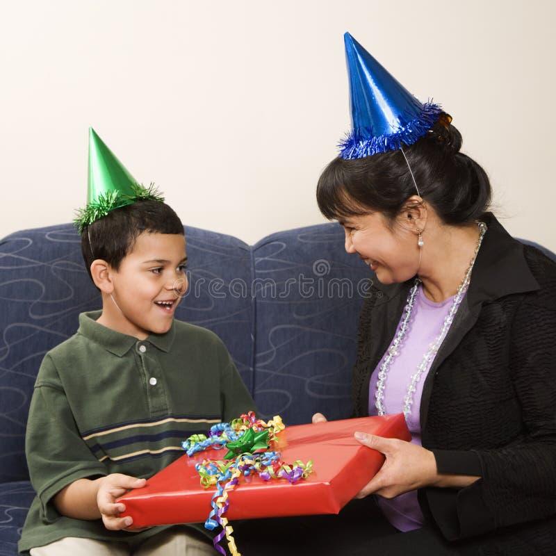 Familie, die Geburtstag feiert. stockfotografie