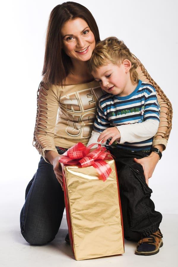 Familie, die Geschenke überprüft stockfoto