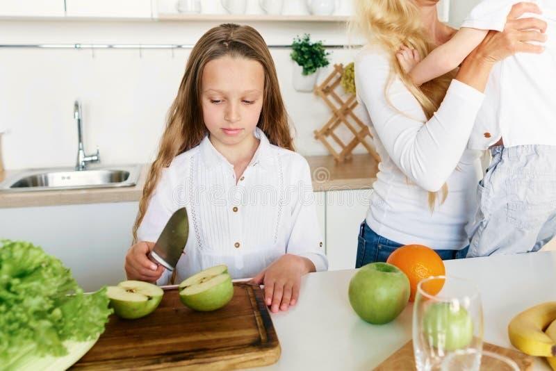 Familie die gezonde mede de moederbroer voorbereiden van het voedsel Leuke meisje royalty-vrije stock fotografie
