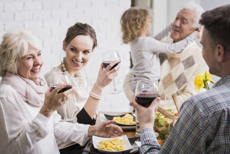 Familie die glazen in een toost opheffen royalty-vrije stock afbeeldingen