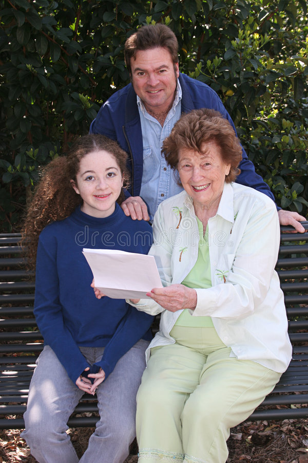 Familie die Goed Nieuws leest stock foto's