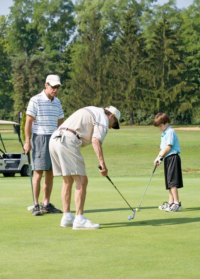 Familie, die Golf spielt stockfotografie