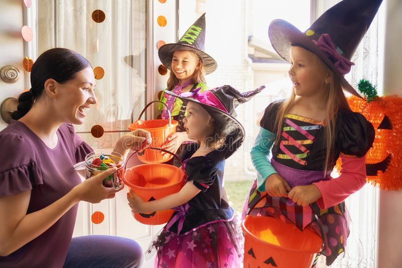 Familie, die Halloween feiert lizenzfreie stockfotos