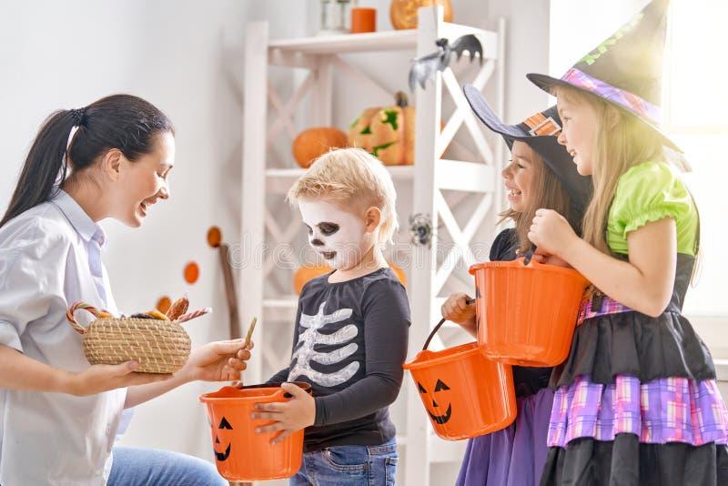 Familie, die Halloween feiert stockbild