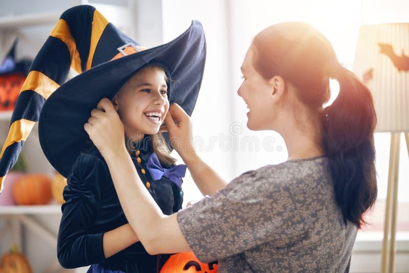 Familie, die Halloween feiert lizenzfreie stockbilder