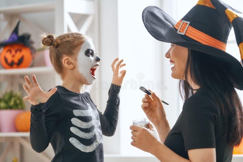 Familie, die Halloween feiert stockbilder