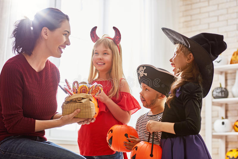Familie, die Halloween feiert lizenzfreies stockfoto