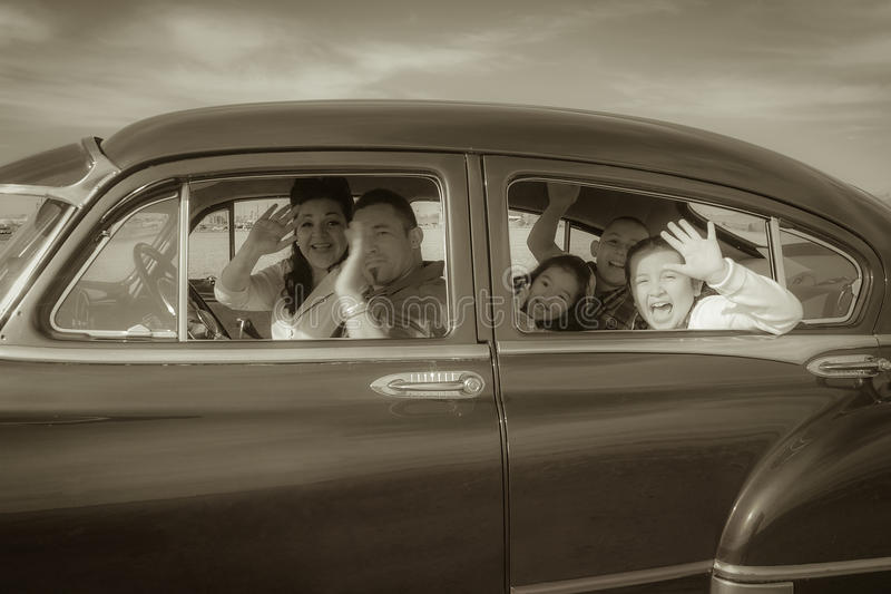 Familie die Hello in Uitstekende Auto golven stock afbeelding