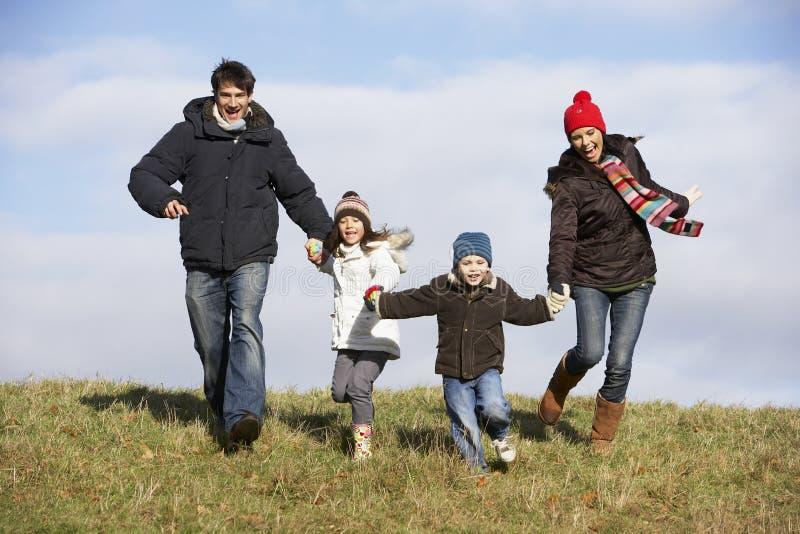 Familie die in het Park loopt royalty-vrije stock afbeeldingen