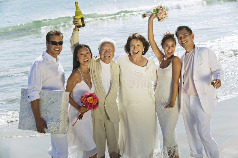 Familie, die Hochzeit auf Strand feiert lizenzfreie stockfotos