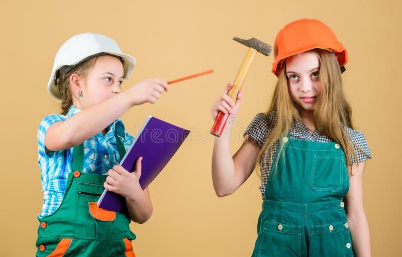 Familie die huis remodelleren De vernieuwing van kinderenzusters hun ruimte Het proces van de controlevernieuwing Jonge geitjes g stock foto