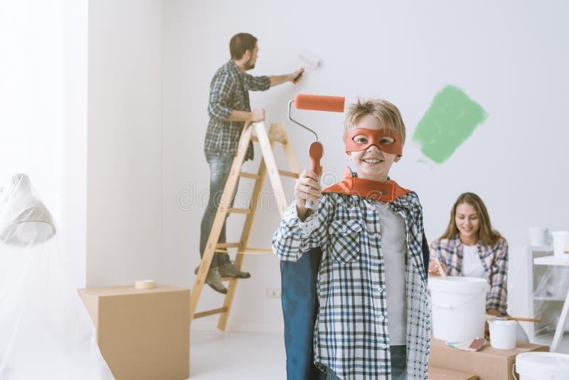 Familie die huisvernieuwing doen royalty-vrije stock afbeeldingen