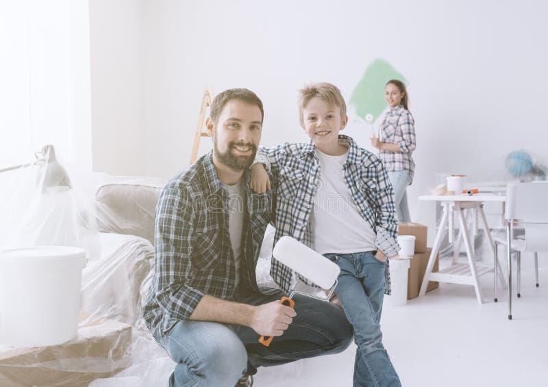 Familie die hun nieuwe flat vernieuwen royalty-vrije stock afbeelding