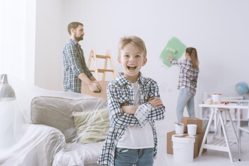Familie die hun nieuwe flat vernieuwen royalty-vrije stock fotografie