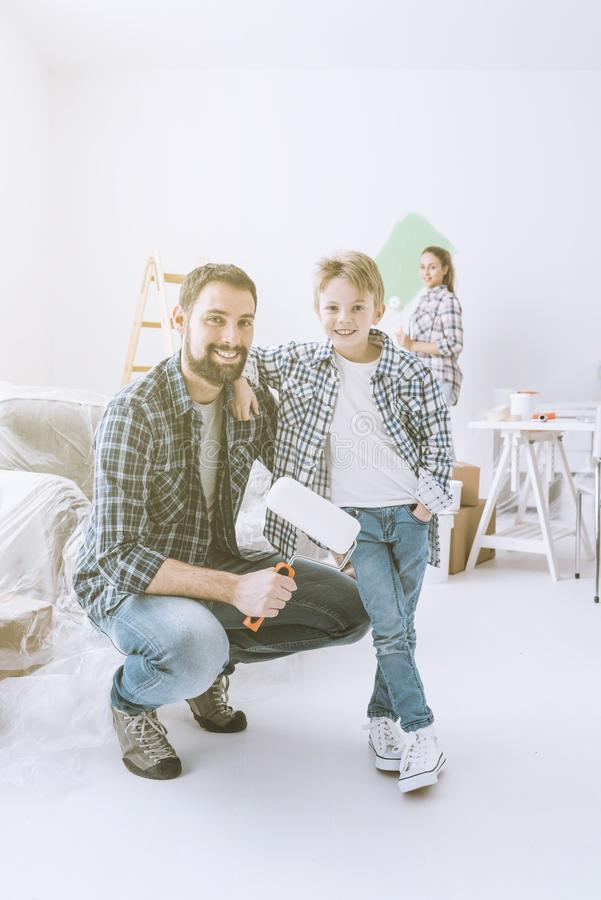 Familie die hun nieuwe flat vernieuwen royalty-vrije stock foto