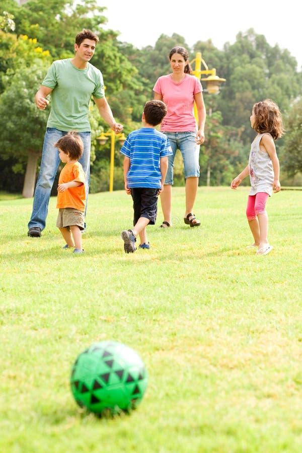 Familie die hun vrije tijd in het park doorbrengt royalty-vrije stock foto's