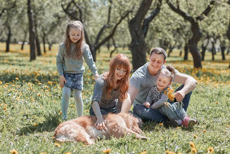 Familie, die ihr Haustier f?r einen Weg streichelt lizenzfreie stockbilder