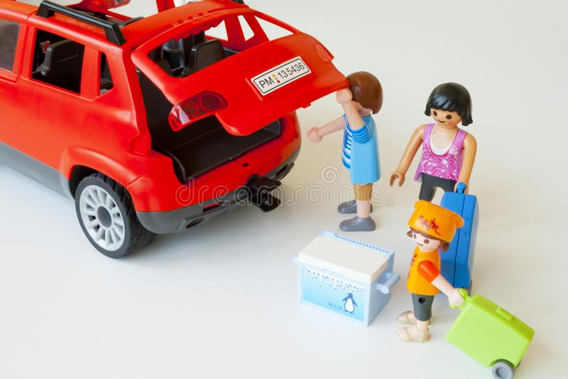 Familie, die ihre Ferien, mit dem Auto reisend beginnt stockfotografie