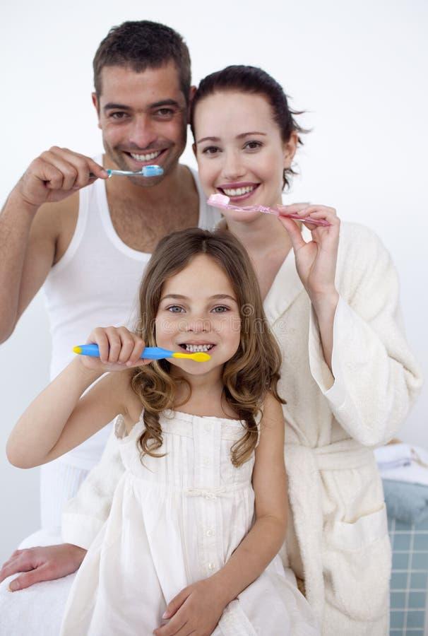 Familie, die ihre Zähne im Badezimmer säubert stockfoto