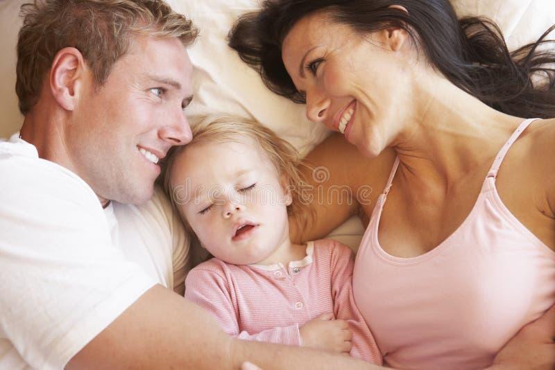 Familie, die im Bett sich entspannt stockfoto