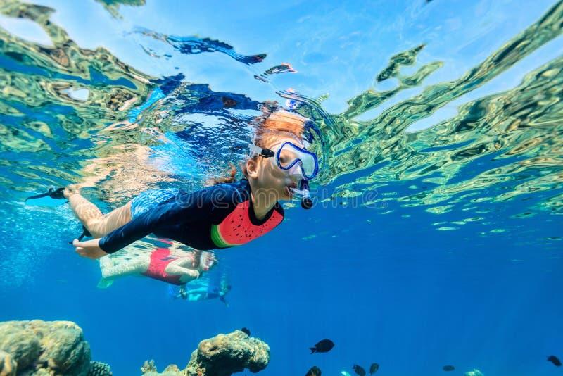 Familie, die im Ozean schnorchelt lizenzfreies stockbild