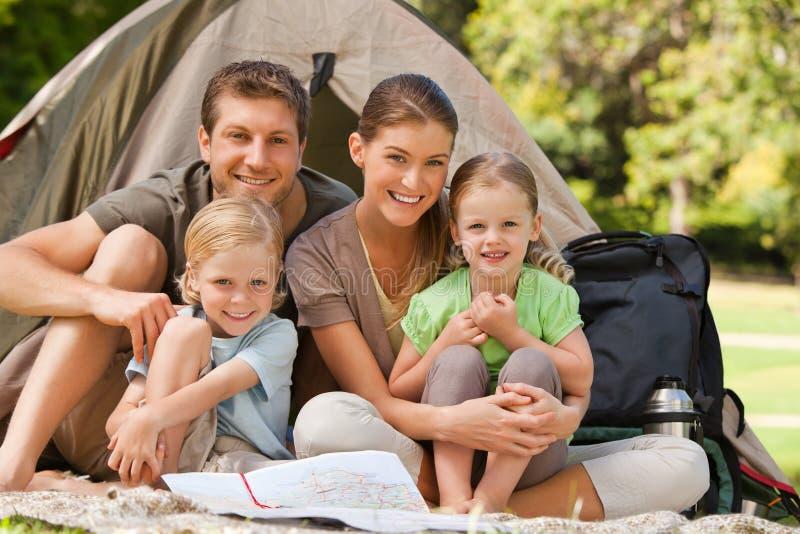 Familie, die im Park kampiert stockfoto
