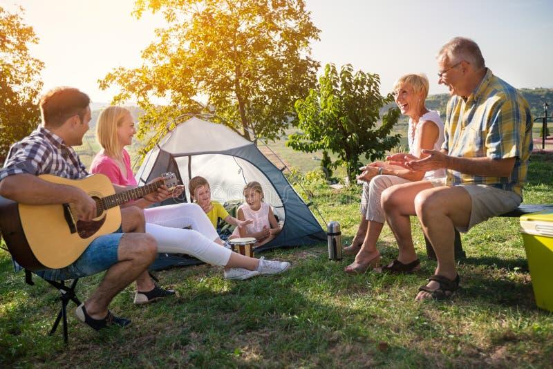 Familie, die im Park kampiert lizenzfreie stockfotos
