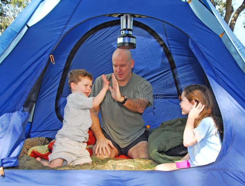 Familie, die im Zelt kampiert stockfotos