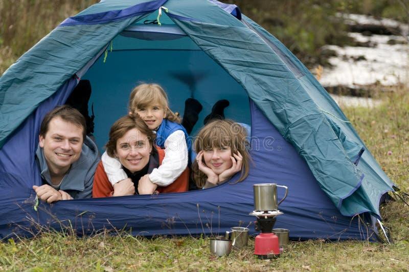 Familie, die im Zelt kampiert stockbild
