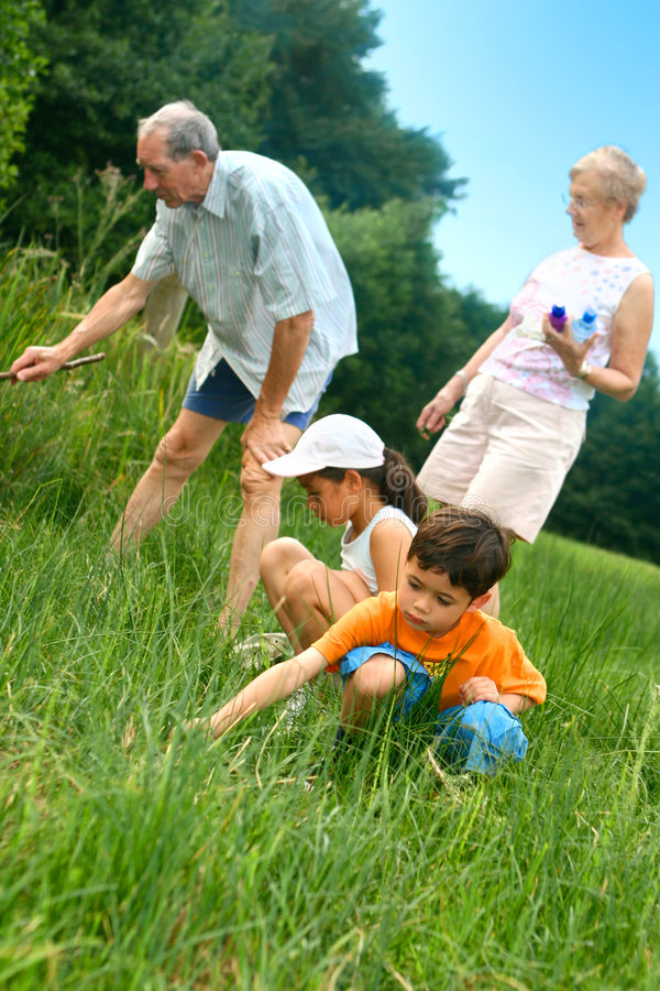 Familie die insecten zoekt