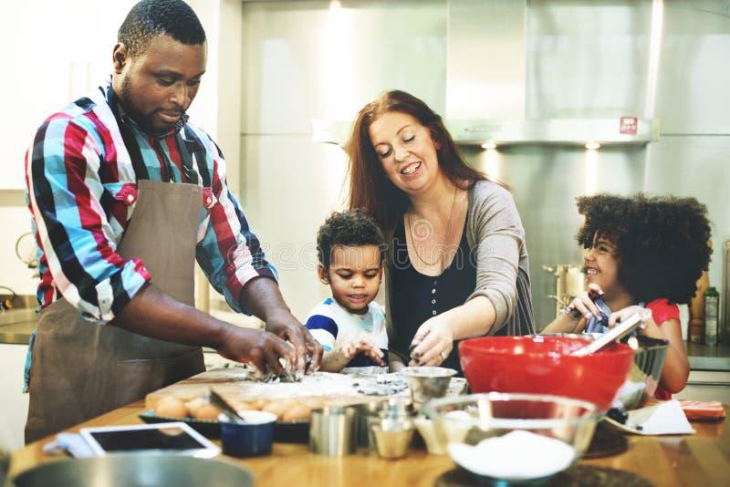 Familie, die Küchen-Lebensmittel-Zusammengehörigkeits-Konzept kocht stockbild