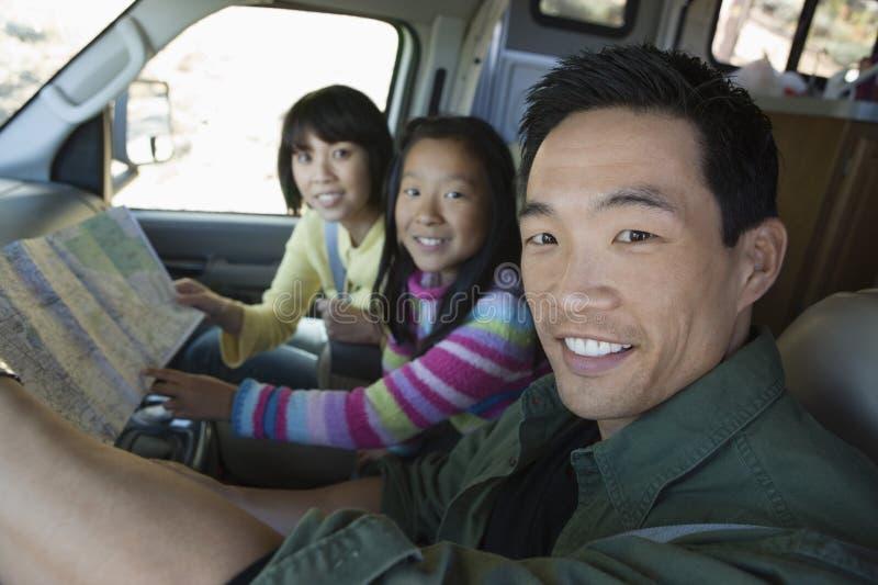 Familie, die Karte in RV betrachtet stockbild