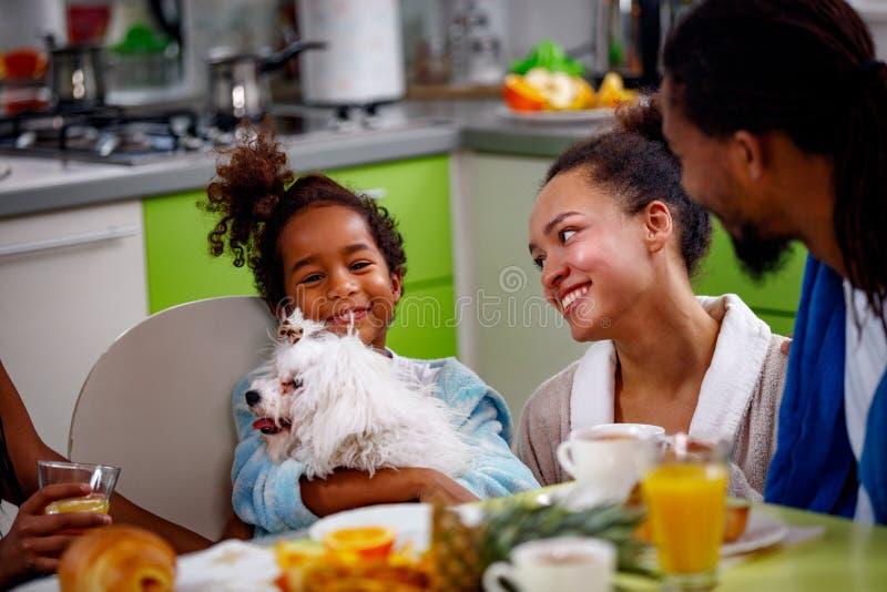 Familie die in keuken ontbijt samen eten stock foto's