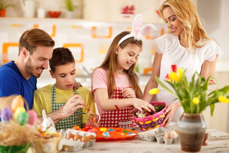 Familie die kleurrijke eieren schilderen en voor Pasen voorbereidingen treffen royalty-vrije stock foto's