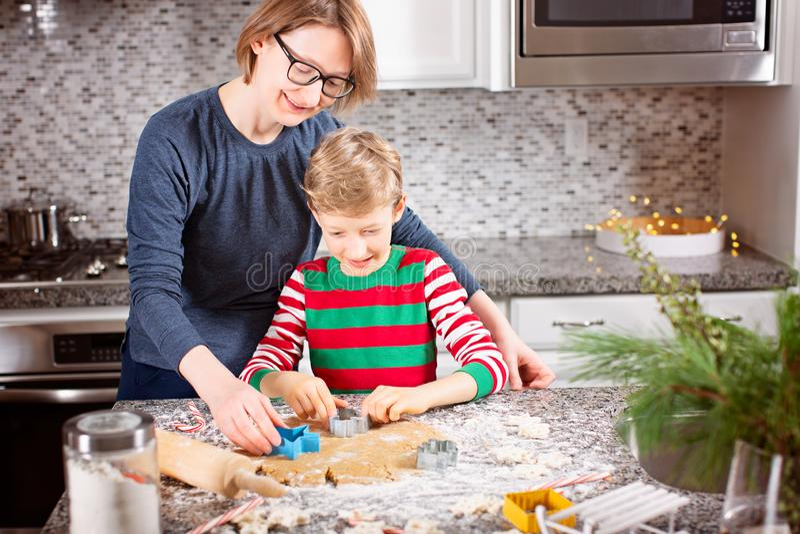 Familie die koekjes maakt royalty-vrije stock afbeelding
