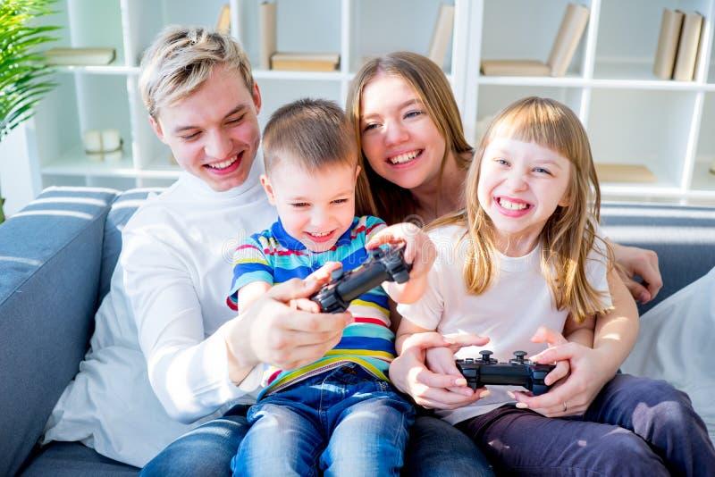 Familie, die Konsole spielt stockfotos
